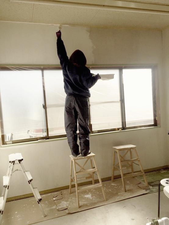 ペンキ塗るアムスハウス&フレンズスタッフのモーティ