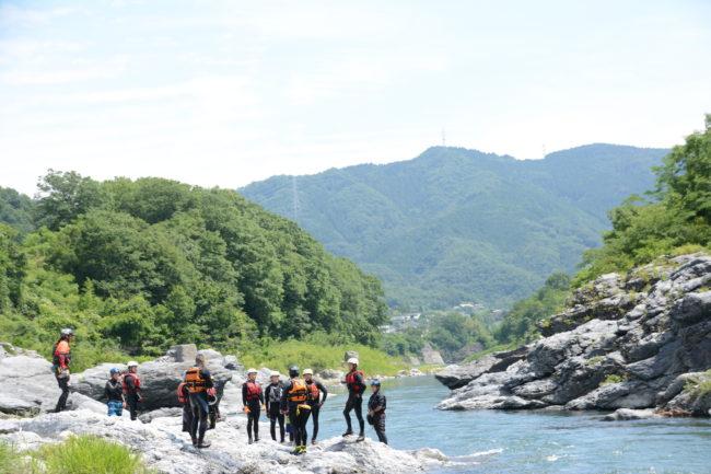 河原に佇む救助隊