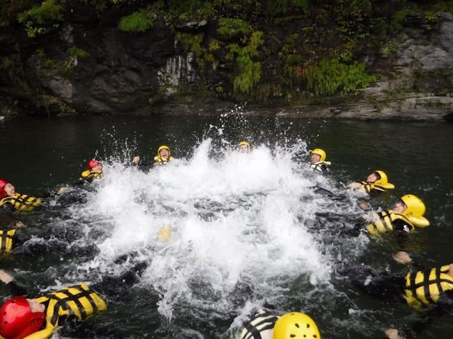長瀞のトロで水に入って遊ぶ