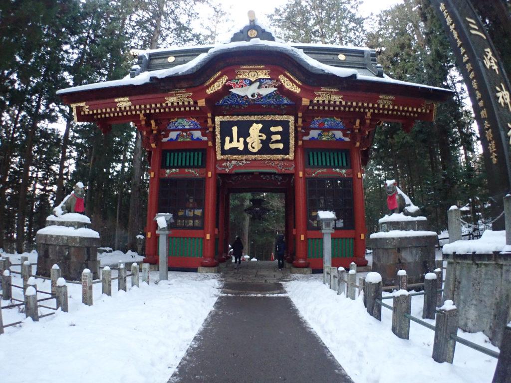 三峯神社赤門